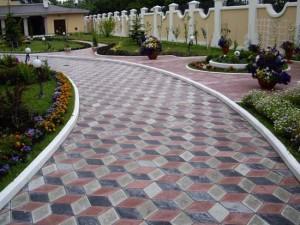 Дорожка, вымощенная фигурной тротуарной плиткой