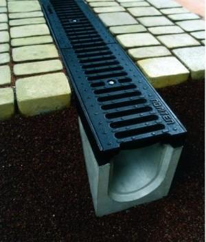 Заглубленный бетонный водосток с решеткой