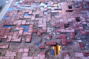 Результат неправильной укладки тротуарной плитки
