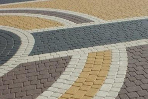 Рисунок на тротуаре из брусчатки