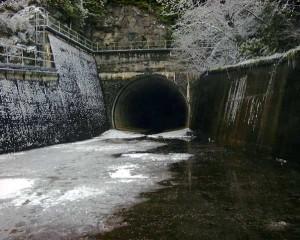 Сброс воды городского коллектора ливневой канализации