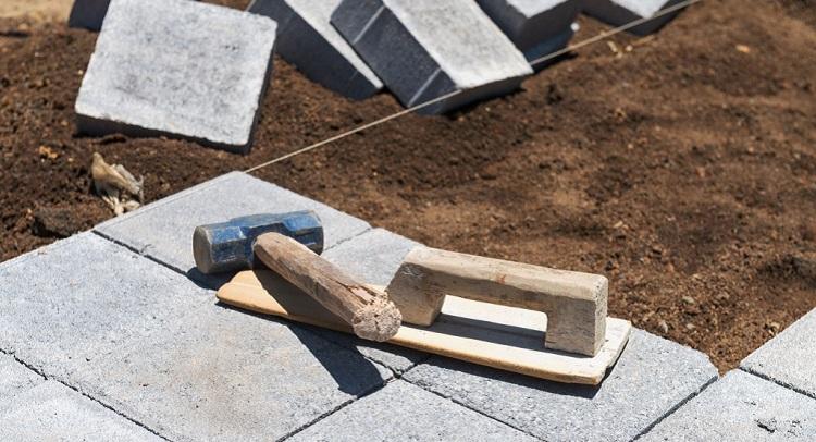 Какие инструменты и материалы потребуются для укладки тротуарной плитки