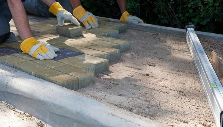 Каковы основные преимущества и недостатки укладки тротуарной плитки на песок