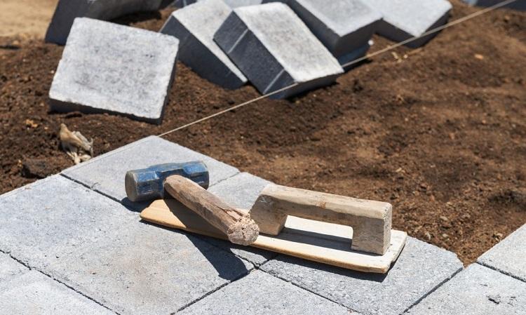 Набор инструментов, который понадобится при укладке тротуарной плитки своими руками