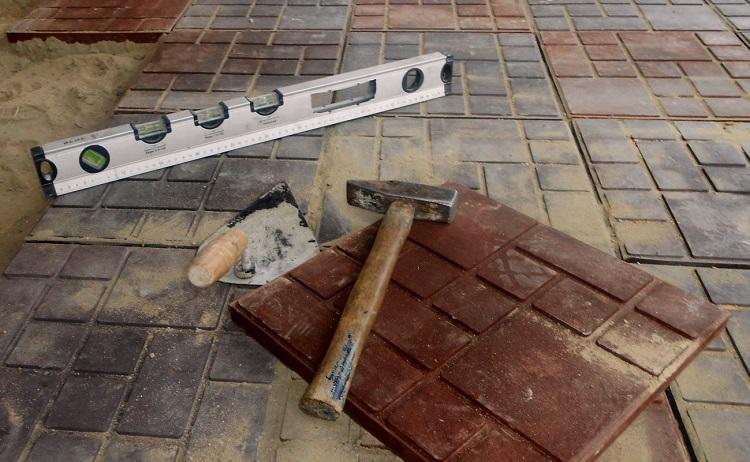 Какие инструменты и материалы потребуются для укладки тротуарной плитки на бетон