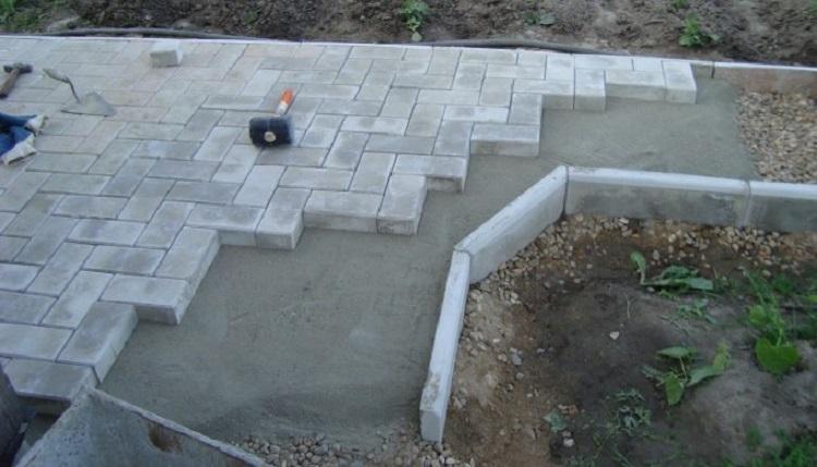 Как происходит укладка тротуарной плитки на бетонное основание