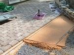 Укладка тротуарной плитки на песок — особенности технологии