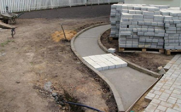 Установка бордюра при укладке тротуарной плитки на бетон - основные моменты